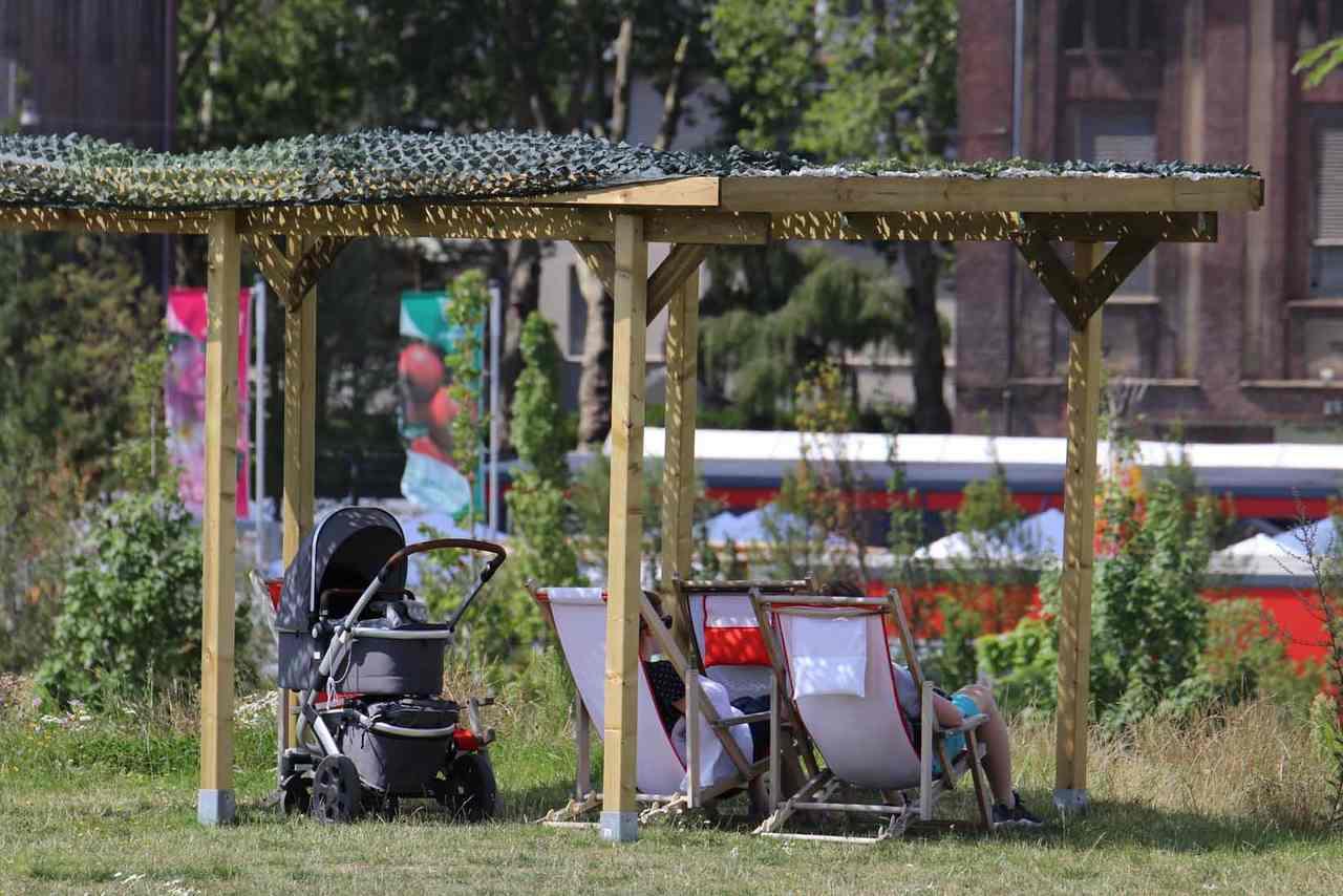 Insgesamt 10 Carports stehen nun im Gelände. Hier entspannt eine Familie unter dem Schattenplatz auf dem Kleinen Fritz.