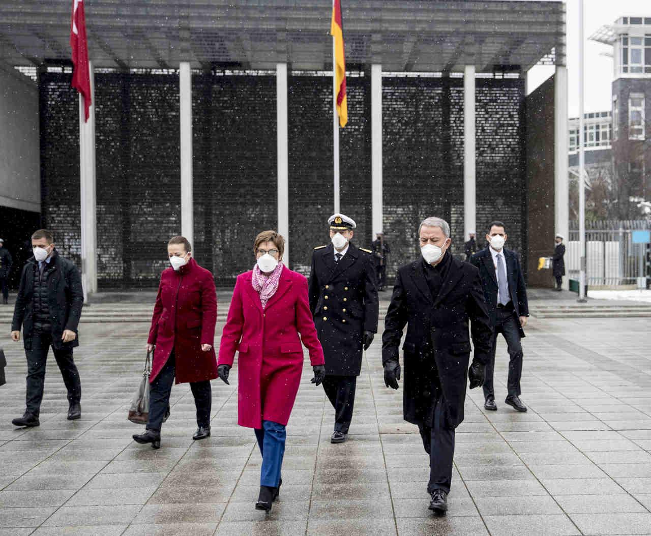 Annegret Kramp-Karrenbauer traf türkischen Amtskollegen Hulusi Akar in Berlin