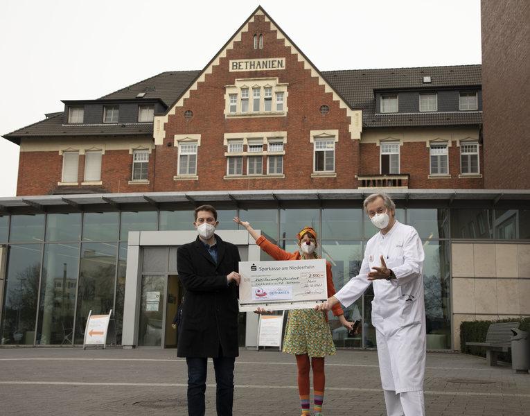 Die Aeskulap-Apotheke übergab eine großzügige Spende an die Klinikclowns des Krankenhauses Bethanien