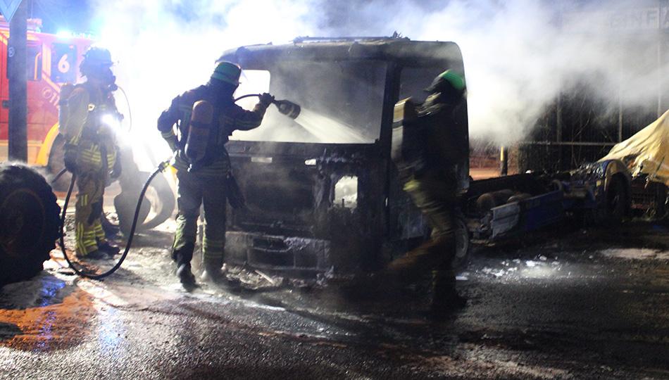 DUISBURG-Friemersheim: Kleinbus und Lkw brennen lichterloh