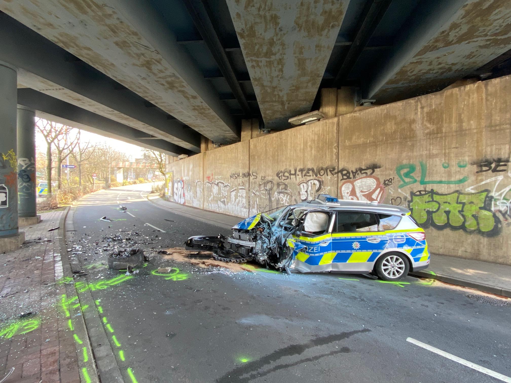 Streifenwagen verunglückt in Unterführung - zwei Beamte schwer verletzt