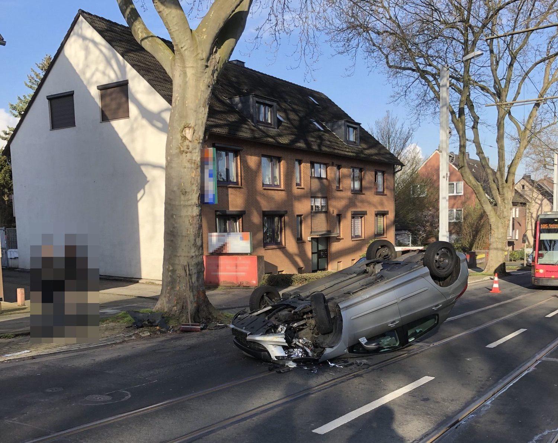 Fahrzeug überschlägt sich und bleibt auf Dach liegen - Fahrer unverletzt