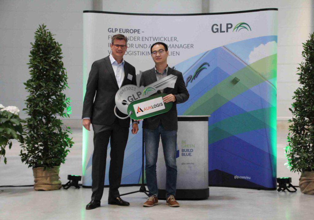 Patrick Frank, Country Director Deutschland, GLP, bei der symbolischen Schlüsselübergabe an Ye Junchen, General Manager, Aukey Europe.