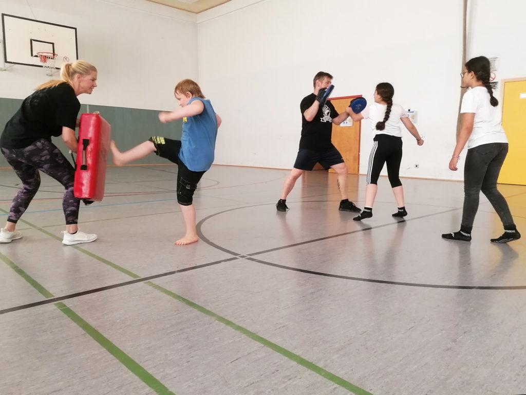 Die Profis zeigten den Kids, wie man sich bei einem Übergriff wehrt. (Foto: privat)