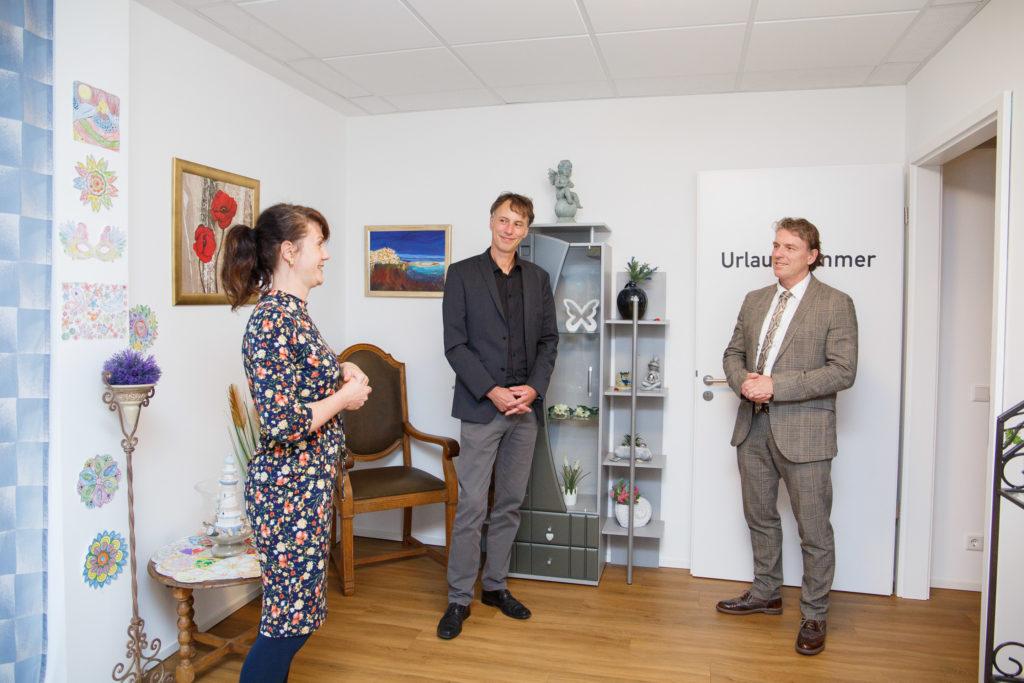Viktoria Seibert zeigt Wirtschaftsförderer Jens Heidenreich und Bürgermeister Christoph Fleischhauer (r.) die Räumlichkeiten: Kaminzimmer und Urlaubszimmer. (Foto: pst)